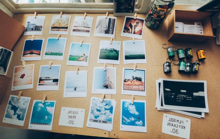 Bouchons de liège idée bricolage pour déco de chambre belle tableau de liège arrangé joliment avec photos instantes