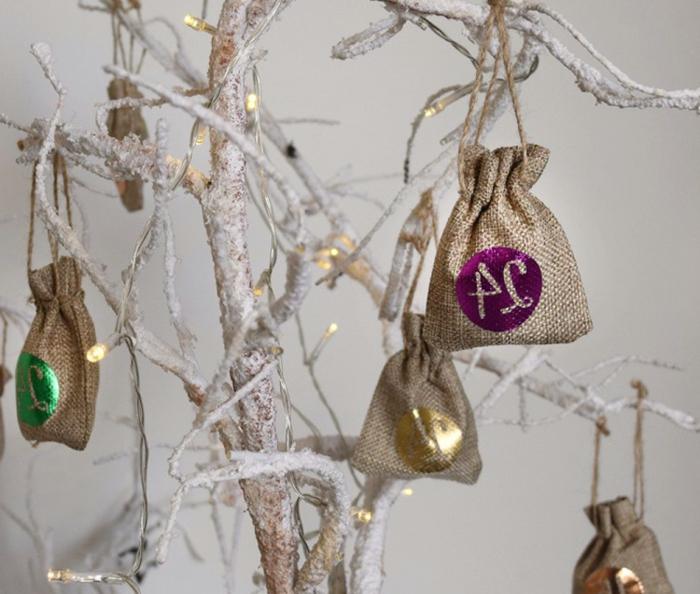 une décoration miraculeuse pour Noel, des scs en jute numérotés et arbre peint blanc
