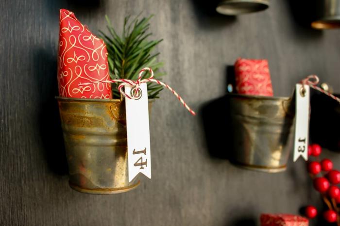 calendrier de noel amusant, cacher des cadeaux dans des pots de grange
