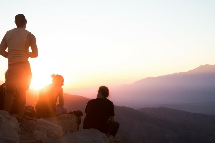 Photos de groupe originales poser et prendre la photo idéale au coucher du soleil
