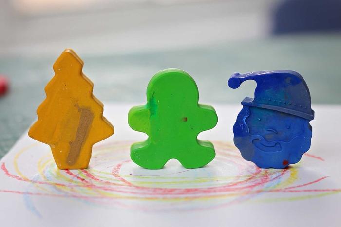 une idée bricolage enfant pour la fête de noël avec des bouts de crayons en cire recyclés, comment faire des crayons en cire de formes variées