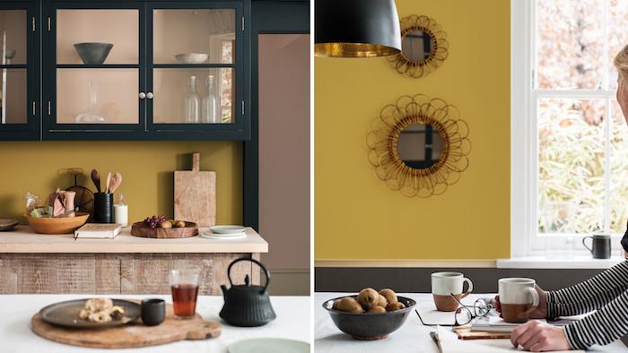 modele de cuisine rustique avec crédence en peinture jaune moutarde, meuble haut cuisine noir et meuble bas cuisine en bois, ustensiles et planches a decouper bois