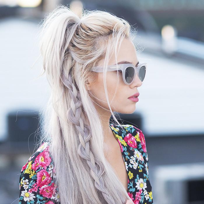 une coiffure simple cheveux mi long et longs avec une tresse décoiffée sur les longueurs et une demi queue-de-cheval pour un look bohème