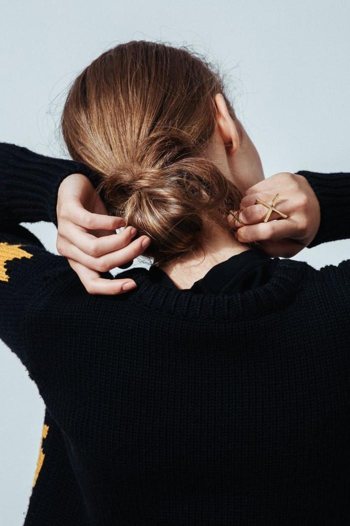 une coiffure simple cheveux mi long avec chignon bas et flou en bas de la nuque