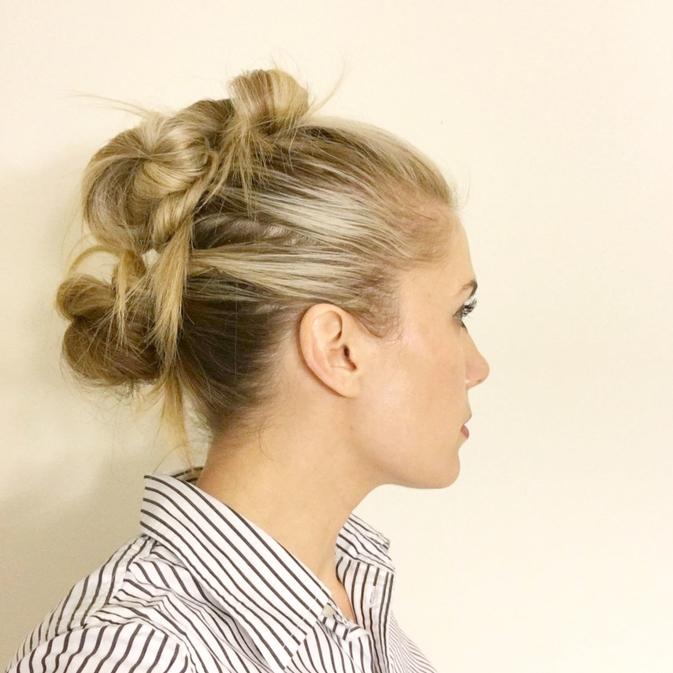 une coiffure cheveux mi longs originale avec des mèches enroulées attachées de façon à former un faux hawk