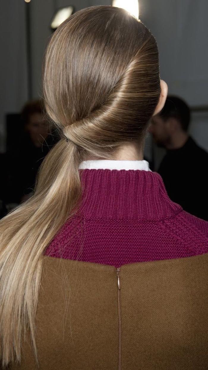 une coiffure queue-de-cheval originale réalisée à partir d'un chignon enroulé de côté façon banane