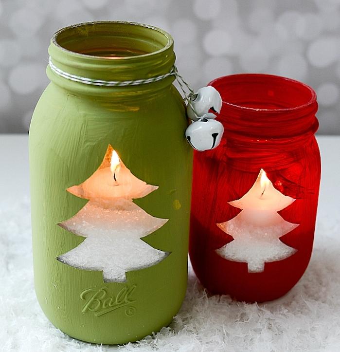 bricolage de noel facile, pot en verre, décoré de peinture rouge et verte, sel de mer en guise de neige et bougie simple dedans, deco de clochettes