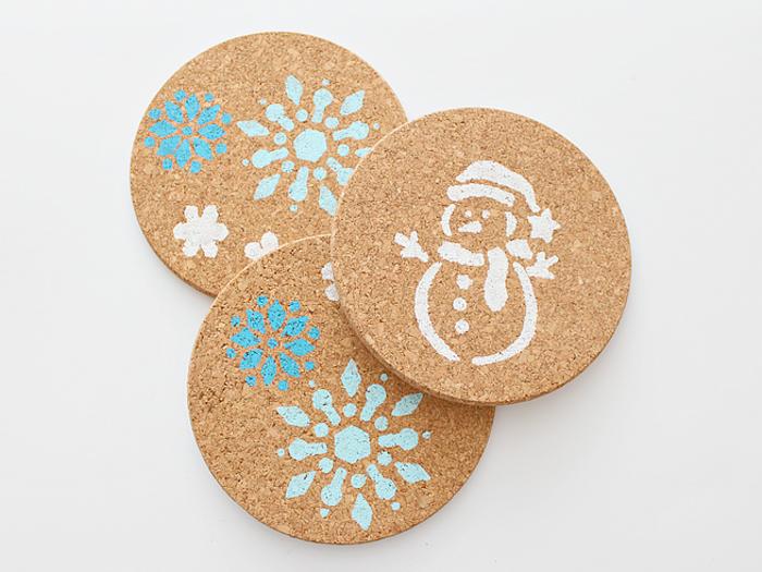decoration de noel a faire soi meme, rondelle de liege décoré de motif bonhomme de neige et flacon de neige pour faire un sous verre, dessous de plat