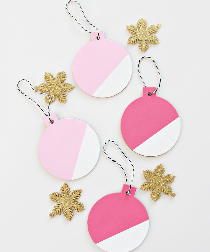décoration sapin de noel de boules de noel en formes de bois, décorées de peinture blanche et rose, étoiles dorées, bricolage de noel facile