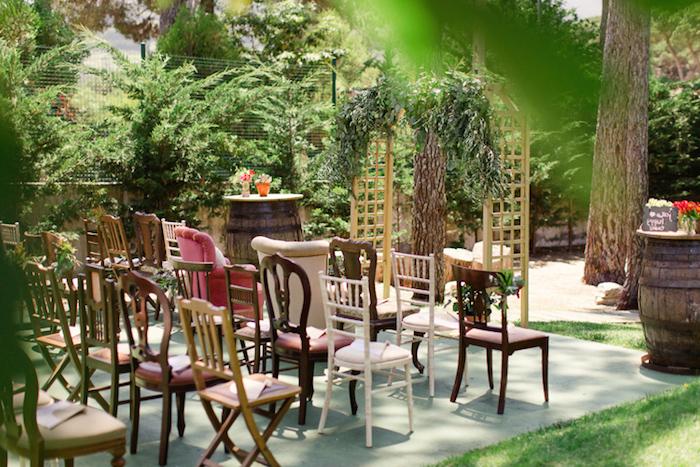 cérémonie mariage arche fleurie, chaises en bois, tonneaux décoratifs, décoration champêtre à faire soi meme
