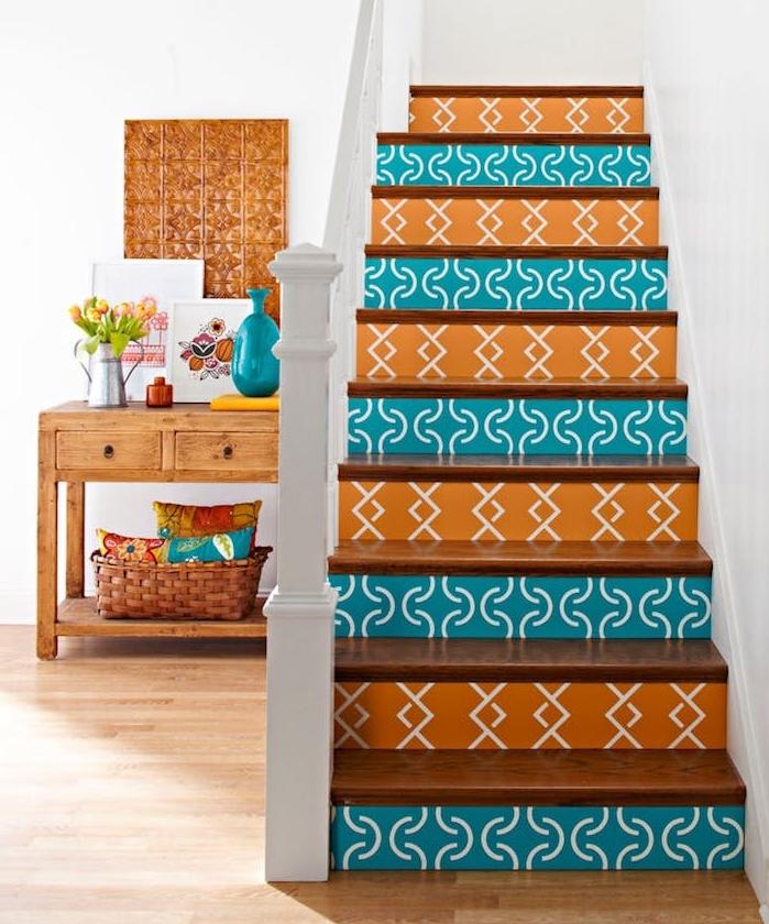 comment renover un escalier en bois, contremarches décorés de stickers autocollants couleur orange et bleue à motifs geometriques, parquet clair et meuble en bois rangement accessoires decoratifs
