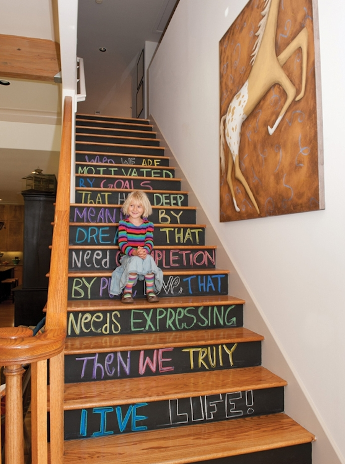 peinture escalier ardoise sur les contremarches et texte écrit à la craie colorée, rambarde en bois et decoration murale de peinture cheval marron et beige