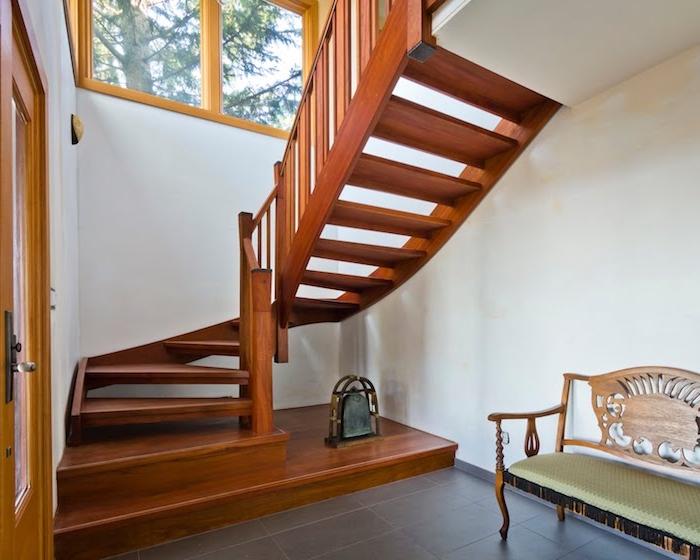 exemple escalier tournant vitrifié, couleur marron, bous aspect brut naturel dans une maison à la montagne