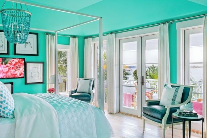 idée déco chambre adulte couleur turquoise, linge de lit blanc, parquet clair, suspension baroque design, chaises style bord de mer