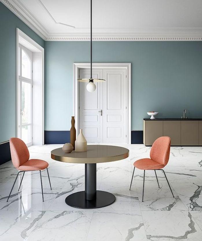 deco vert d eau, nuance celadon, meuble gris, revetement sol en marbre, chaises saumon, table en noir et or, suspension originale