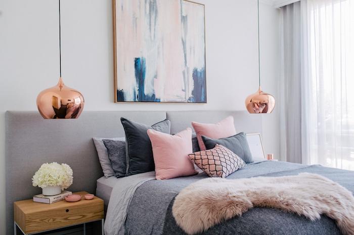 couleur chambre adulte, modele de chambre rose et gris, avec linge de lit en rose et gris, suspensions cuivre, table de nuit bois, ambiance cocooning