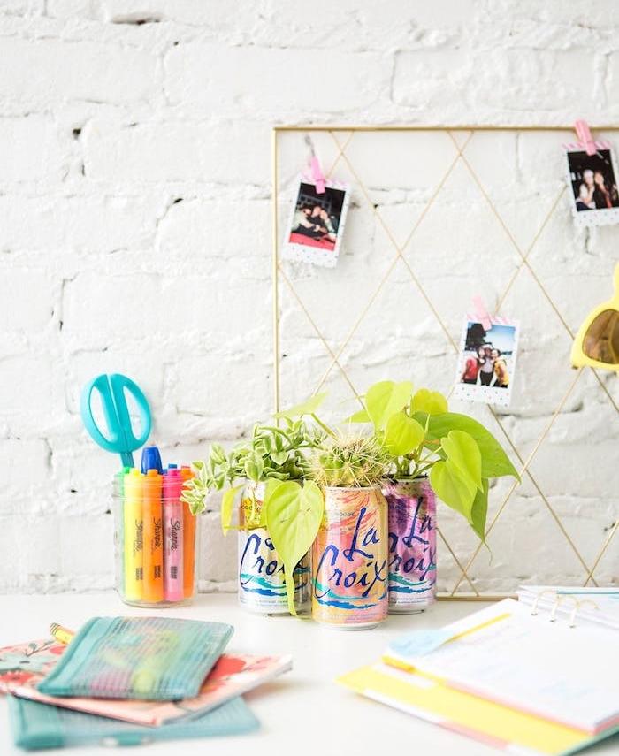 activité manuelle pour ado, canettes e boisson transformés en pots de fleurs pour succulents, grille en guise de tableau d affichage