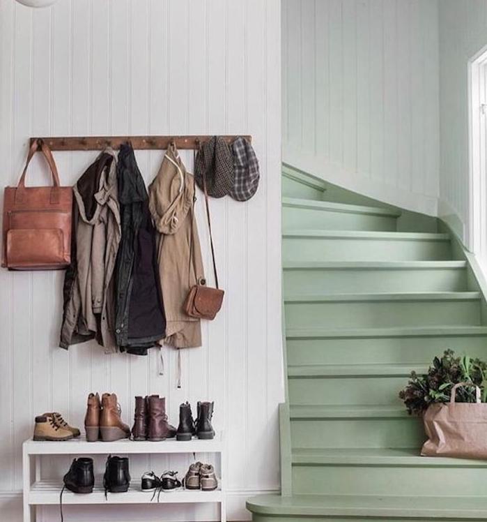 escalier repeint en céladon couleur, amenagement hall d entree maison, patère ne bois, meuble à chaussures blanc