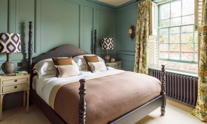 couleur chambre adulte vert menthe, lit bois avec linge de lit blanc et marron, table de nuit couleur beige, rideaux fleuris