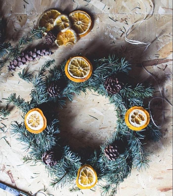 comment fabriquer une couronne de noel en branches de pin et decoration de rondelles d orange et pomems de pin