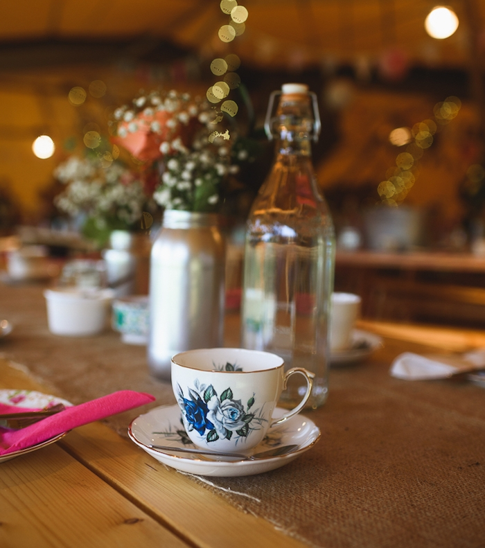 idée de deco mariage champetre, chemin de table en toile de jute, vaisselle thé shabby chic, pot en verre repeint en argent et transformé en vase, bouquet simple