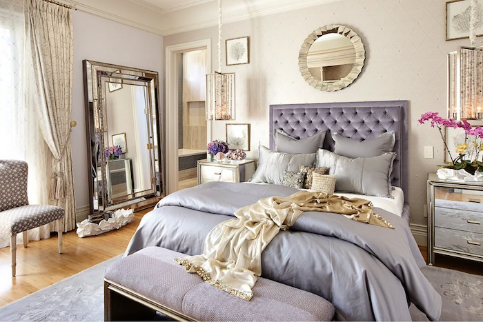 deco chambre parentale style baroque, linge det tete de lit violette, commode metallique gris, grand miroir, parquet clair, suspensions design