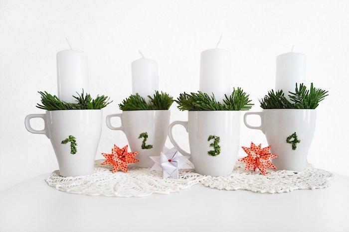 activité manuelle noel, des tasses blanches remplies de branches de pin artificielles et bougies blanches, deco noel a fabriquer