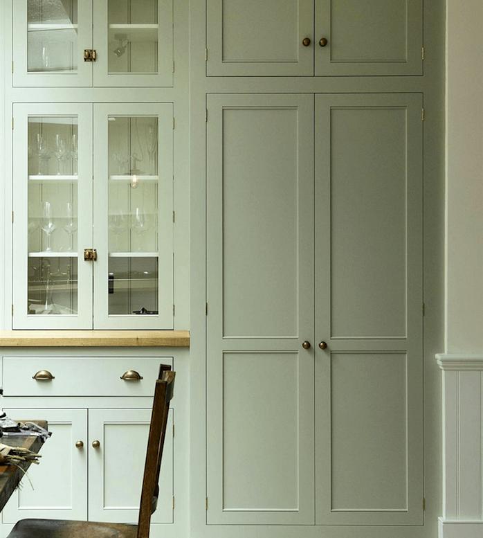 peinture vert de gris pour la façade cuisine d une cuisine vintage, table et chaises en bois, design retro simple