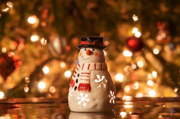 fonds d écran noel en bonhomme de neige figurine bougeoir avec un sapin de noel décoré sur le fond