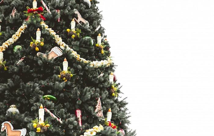 images de noël gratuites, un sapin de noel naturel décoré de toute sorte d ornements, bougies artificiels, guirlandes, petites decorations simples