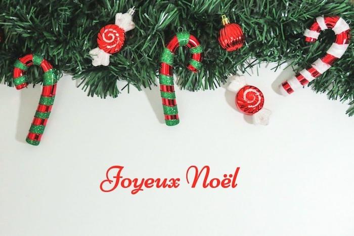 idée de carte joyeux noel, fond d ecran hiver, branches de pin vertes, cannes rouge, vert et blanc, bonbons er boules de noel