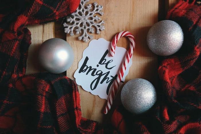 idée de fond d écran noel hd, couverture carré noir et rouge, boules de noel grises, canne de sucre, flacon de neige décoratif argenté