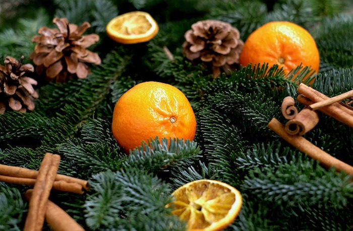 idée de fond d écran de noel en branches de pin naturelles, clémentines, pommes de pin et cannelle, composition décorative simple