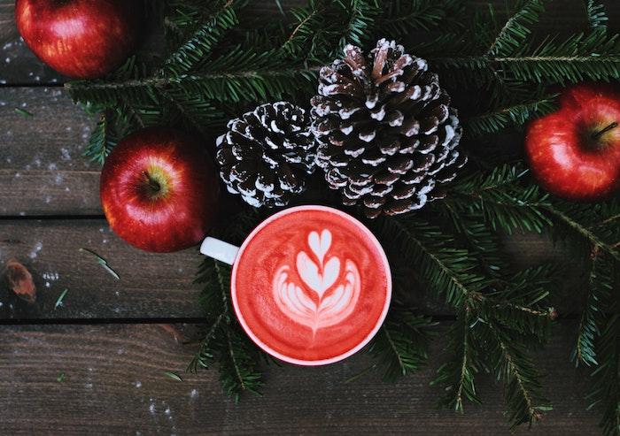 idée de fond ecran noel, boisson chaud, cider pommes rouges, pommes de pin et pin verte branches sur une table en bois