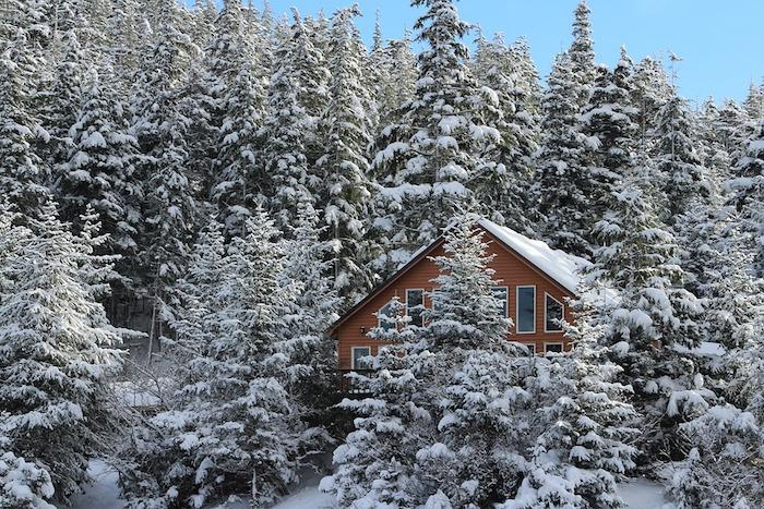 fond d écran hiver en montagne enneigée, foret conifères, surchargés de neige, maison cabane en bois