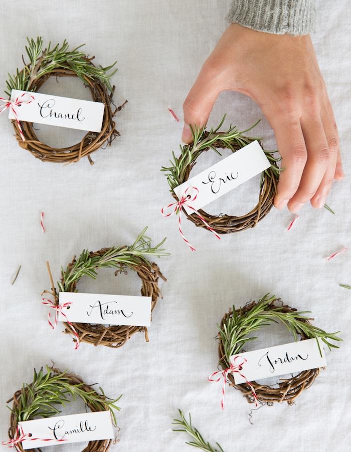 marque place originale en couronne de branches de bois et pin avec prénoms invités, activite de noel