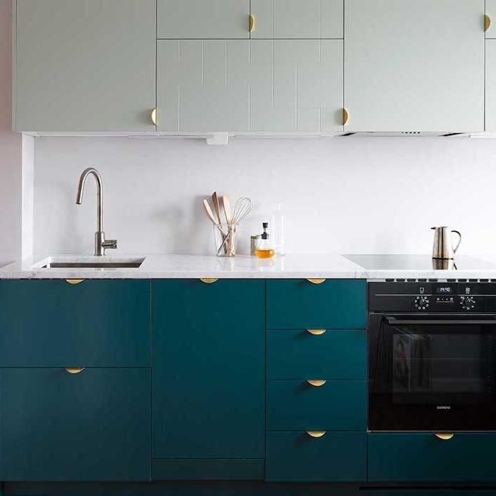 nuance de bleu, couleur petrole pour repeindre la façade d une cuisine moderne, placards d en haut repeint en vert menthe clair, plan de travail blanc