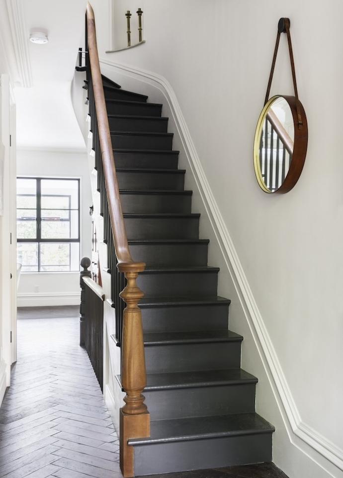 modele escalier repeint de peinture ardoise noire, rambarde en bois et metal, deco murale de miroir rond, parquet en bois clair