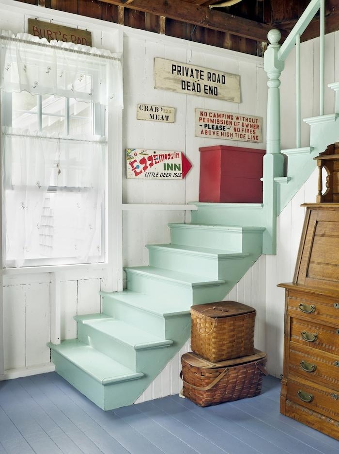 modele de peinture escalier bois, couleur vert menthe, style retro avec des plaques décoratives vintage, paniers en bois, meuble retro choc, parquet bois repeint en bleu