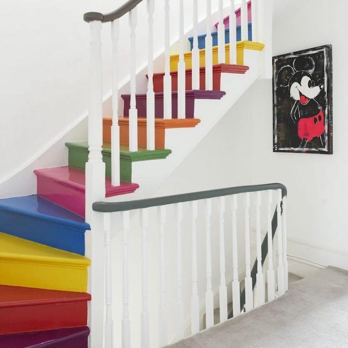 idée comment repeindre un escalier, marches et contremarches de couleurs diverses, effet arc en ciel, rambarde blanche, dessin mickey mouse