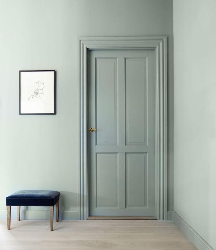 design épuré, peinture murale et porte peinture vert de gris céladon, parquet clair, tabouret bleu marine, deco murale en dessin graphique