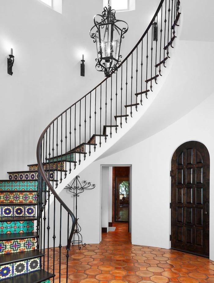 exemple de renovation escalier avec rampe metallique noire, style gothique et contremarches escalier décorées de carreaux à motifs floraux et geometriques, mosaique colorée