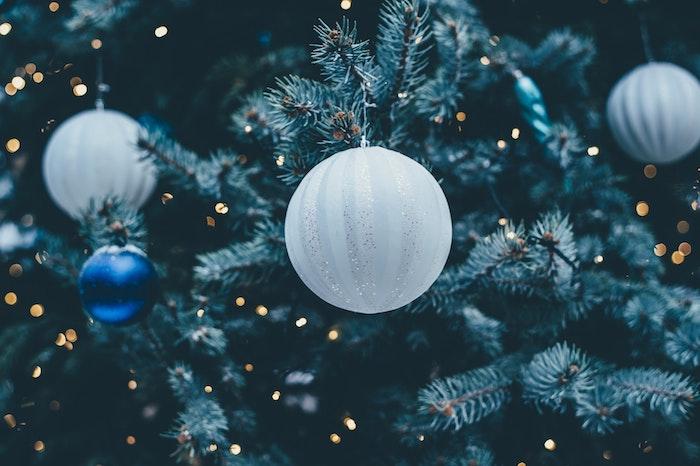 fond d écran noel gratuit, boules de noel blanches et bleues sur un sapin de noel, décoré de guirlandes lumineuses