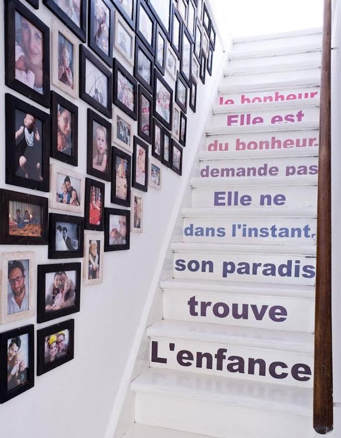 citations texte, stickers adhésifs pour décorer un escalier blanc, déco montée d escalier de cadres noires avec photos de famille