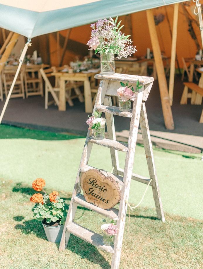 echelle decorative en bois, diy mariage avec un objet recup, pots et vases de fleurs, rondins en bois avec les noms des mariés