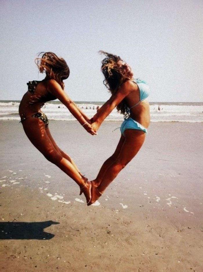 photo vacances amies filles faire coeur avec corps