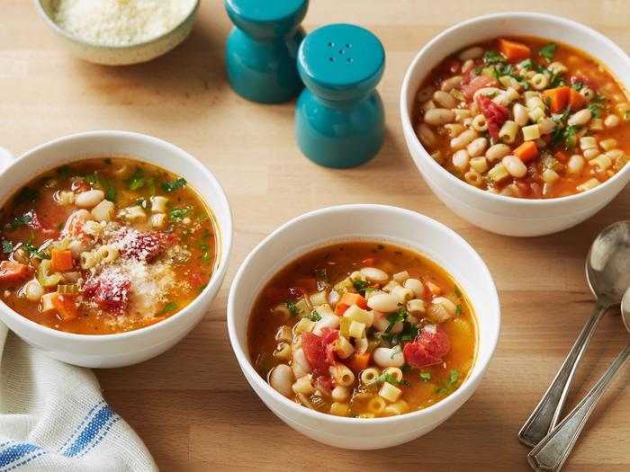 une recette d'automne de soupe italienne aux macaronis et aux haricots pour