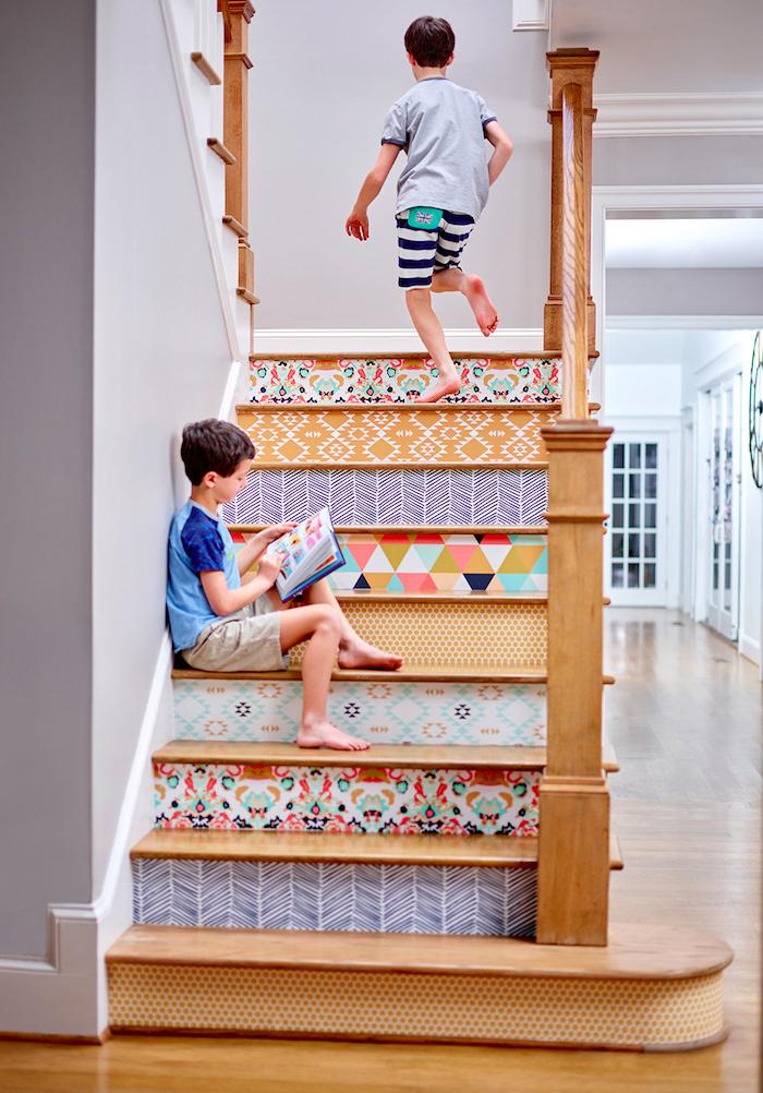 renover un escalier en bois avec des stickers adhésifs sur les contremarches, motifs geometriques et floraux