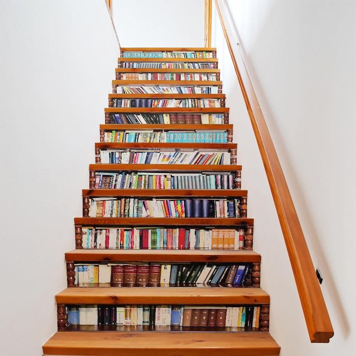 stickes autocollants à motif rayons chargés de livres sur les contremarches d un escalier en bois, main courante en bois, effet trompe l oeil