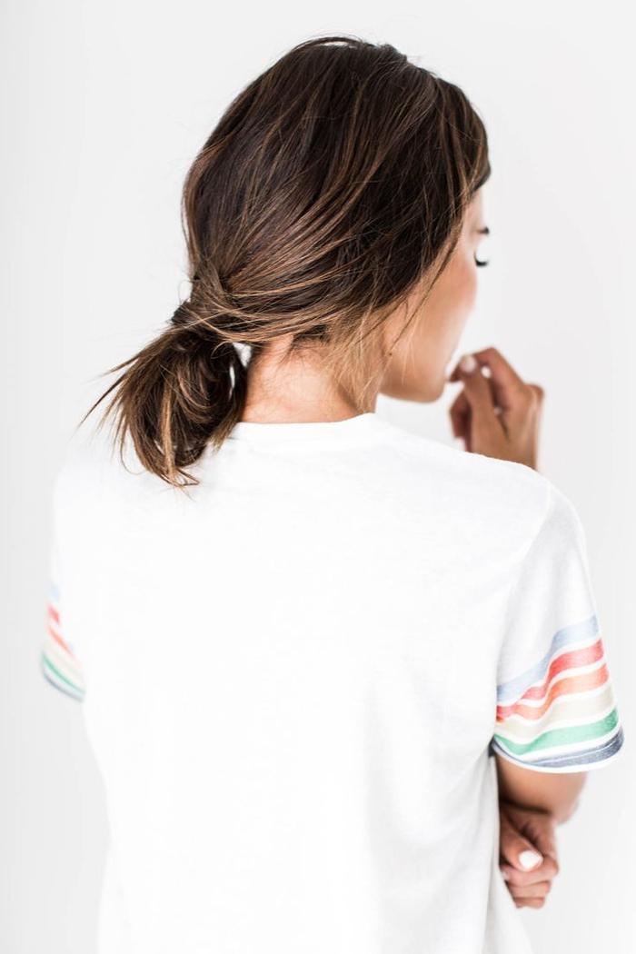 une coiffure simple et rapide à effet coiffé-décoiffé avec un chignon bas et fluide